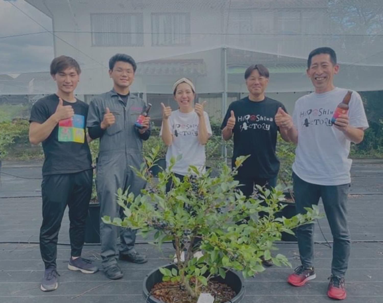 4人の笑顔の写真